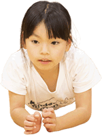 イナバウアーをする子供
